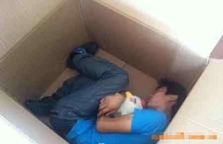 41917707 - Un joven chino casi muere asfixiado al enviarse como regalo para su novia